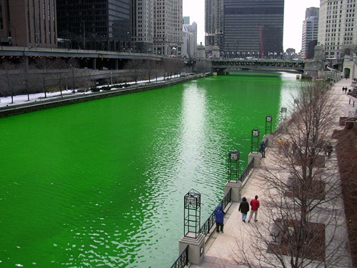 800px-Chicago_River_dyed_green,_focus_on_river